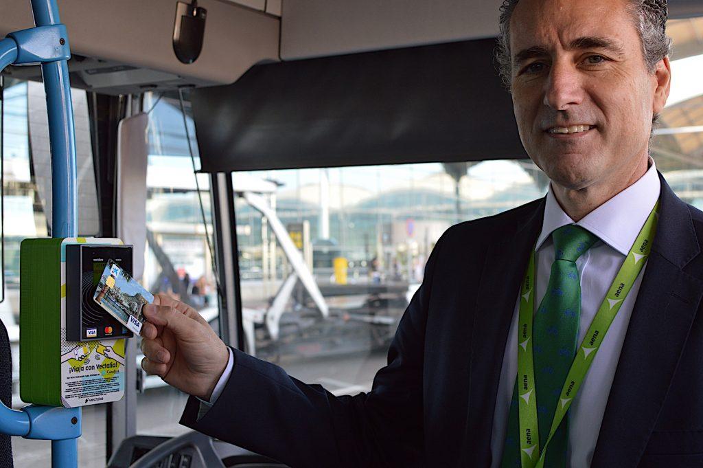 Tomás Melgar, el director del aeropuerto de Alicante-Elche con el nuevo método de pago en el autobús.