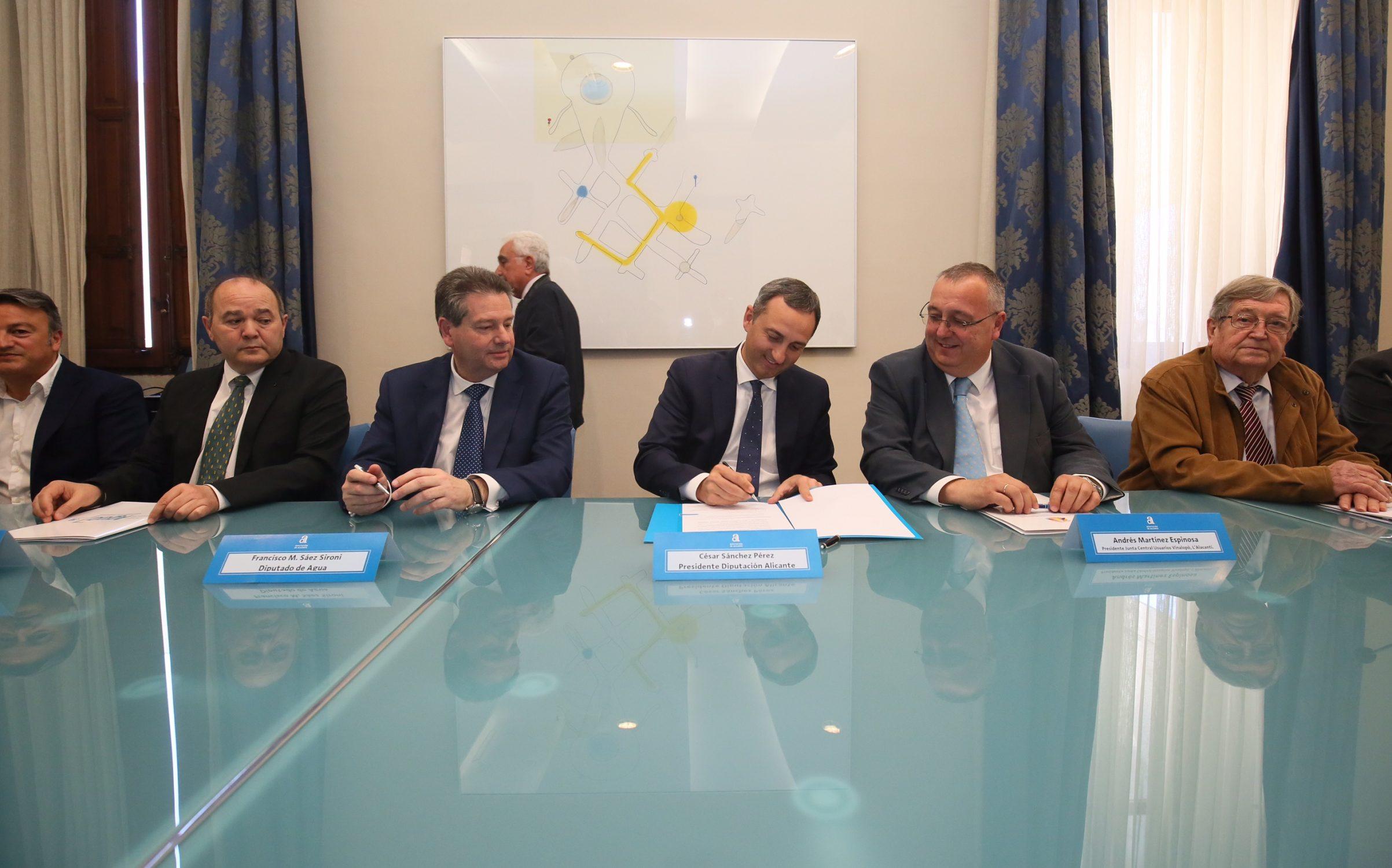 En la firma de los acuerdos con la Diputación de Alicante.