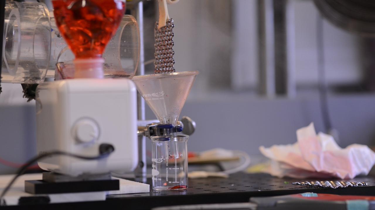 El sistema de laboratorio con el que probaron el condensador de agua. MIT