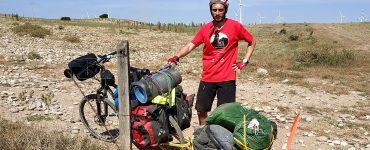 Rafa está dando la vuelta a España en bici recogiendo y visualizando la basura que acumulamos.
