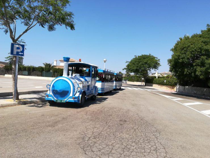 Vectalia ha puesto en marcha este verano en Jávea un tren turístico para desplazar a los bañistas a la cala de la Granadella.
