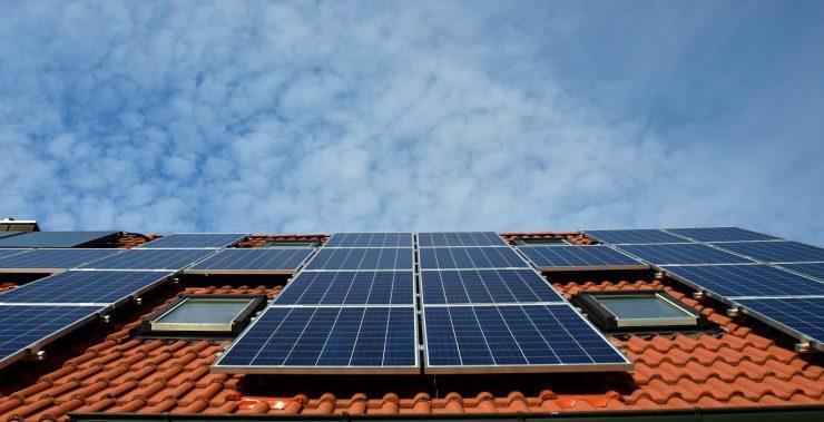 La organización ecologista critica el conocido como impuesto al sol.
