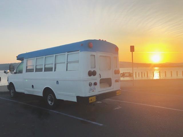 Un antiguo bus escolar les lleva en su road trip de un año de duración por América.