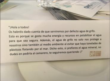 Una sencilla carta en la mesa de su boda animando a beber agua del grifo hizo viral su llamamiento.