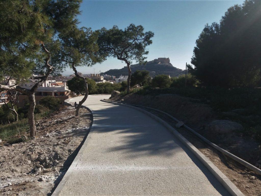 Los caminos de hormigón que recorren el Tossal facilitarán la conexión de dos áreas de la ciudad.