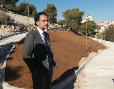 El edil Israel Cortés explica las obras de la Edusi en el Tossal para mejorar la accesibilidad.