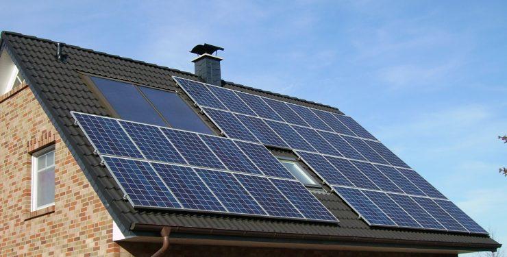 El Gobierno lanzará la ley por vía urgente para fomentar el autoconsumo de energía.