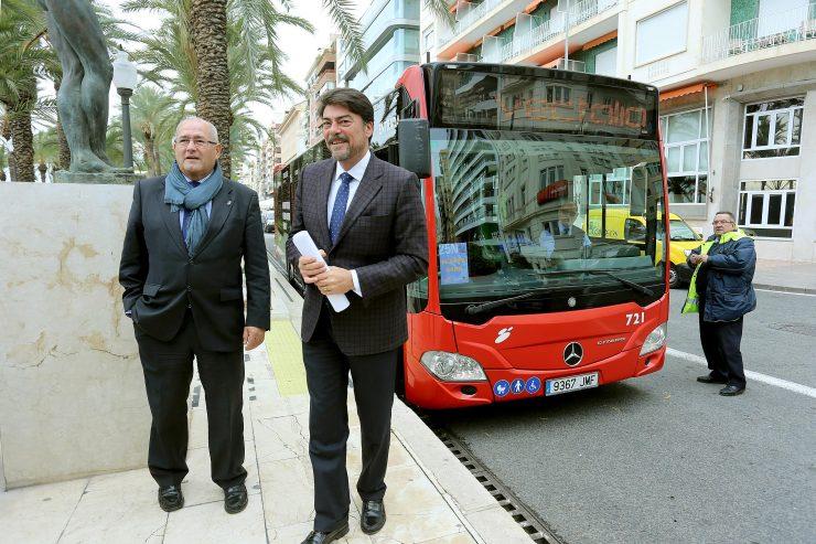 El alcalde de Alicante, Luis Barcala, presenta junto con el concejal de Transportes, José Ramón González, una de las acciones de Masatusa para transporte público en la pasada Navidad. Foto: Ayuntamiento de Alicante / Ernesto Caparrós