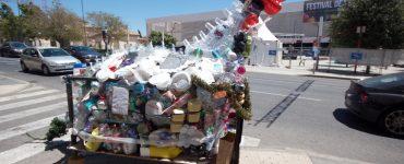 La asociación RqueR creó un dragón de plásticos reciclados para concienciar en fiestas del abuso de estos.