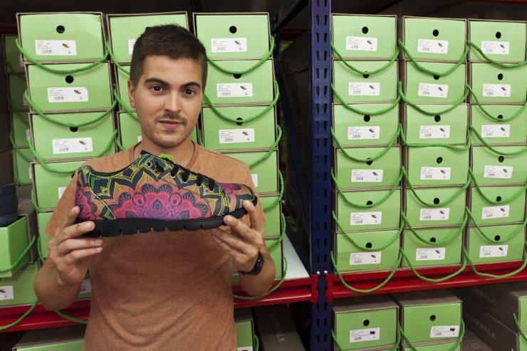 Juan Caparrós es el gerente de Slowwalk, una empresa que apuesta por el reciclaje al crear sus zapatos.