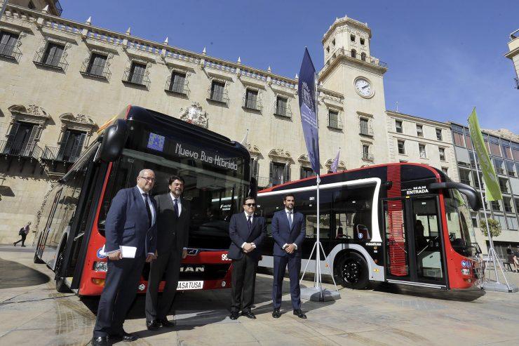 El alcalde de Alicante, Luis Barcala, junto con el concejal de Transportes, José Ramón González, presentan los nuevos autobuses híbrido-eléctrico del transporte público urbano. Foto: Ayuntamiento de Alicante/Ernesto Caparrós