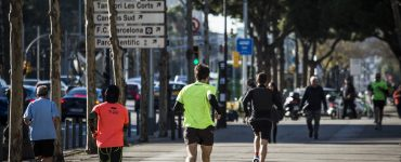 ¿Por dónde correr? Un estudio aconseja evitar las mañanas y optar por el mediodía. Foto PERE VIRGILI