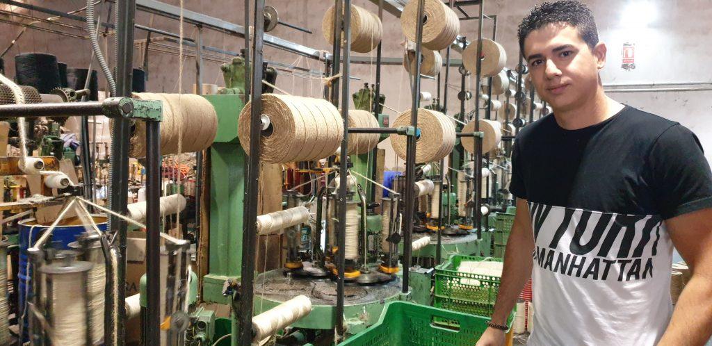 David Brutón representa la nueva generación que mantiene el tratamiento del cáñamo para crear suelas de alpargatas.