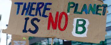 Thunberg inició el movimiento Fridays For Future en protesta por el incumplimiento de medidas gubernamentales para evitar el deterioro del planeta.