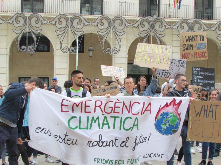 Fridays for future denuncia la situación de emergencia del planeta y exige cambios para ello.