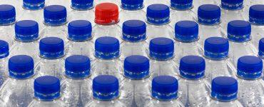 En Cataluña y Canadá están tomando medidas para reducir el uso de plásticos, como las pequeñas botellas de plástico.