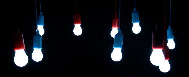 Una forma de ahorrar es con las bombillas inteligentes y de bajo consumo.