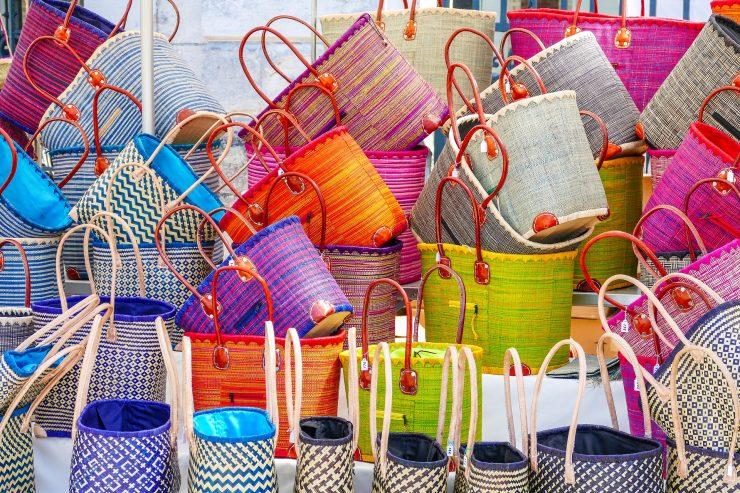 Las cestas de mimbre son una de las alternativas para realizar la compra y evitar las bolsas de plástico