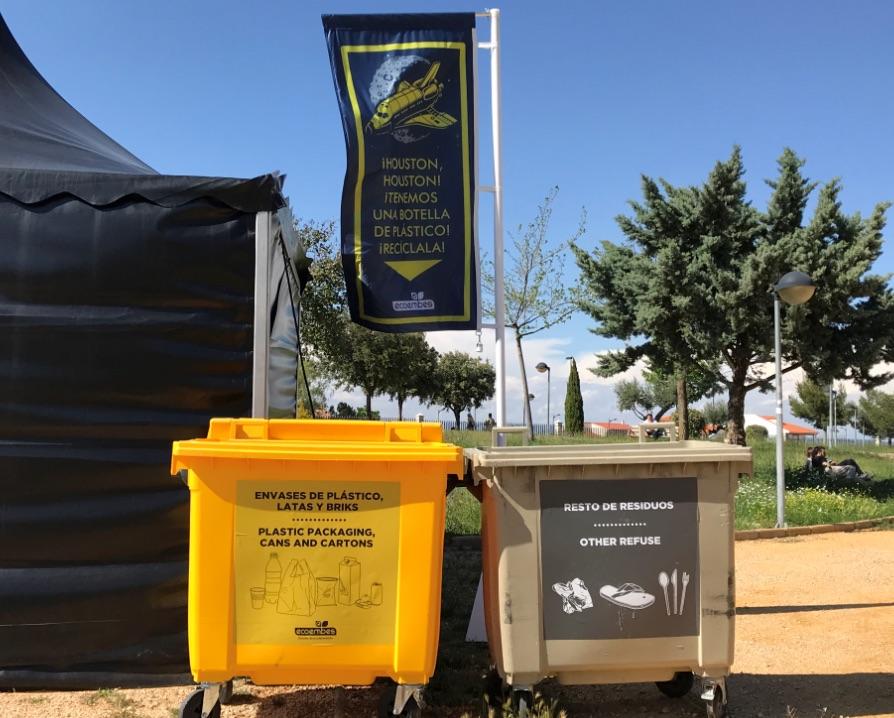 Los contenedores de reciclaje en los festivales cada vez reciben más residuos.