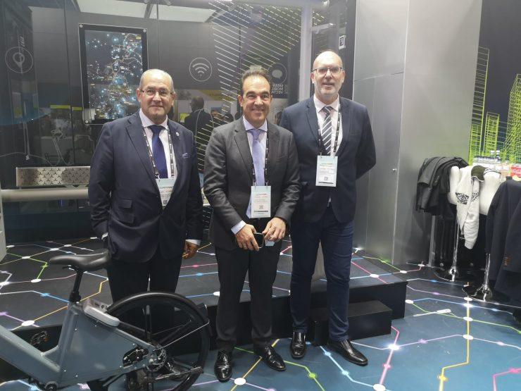 Gonzalez, Peral y Villar en la visita al expositor de Vectalia en la SCEWC para estudiar las ventajas del transporte inteligente.