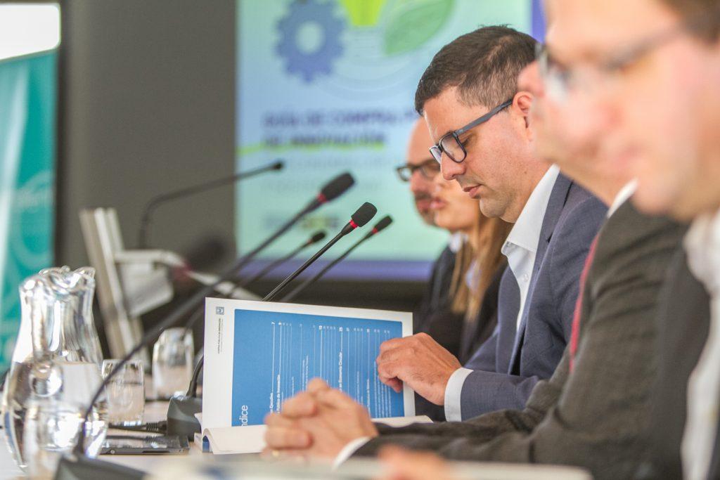 Antonio Sánchez, en la mesa junto a los expertos de los entes que han participado en la redacción de la guía de CPI para economía circular.