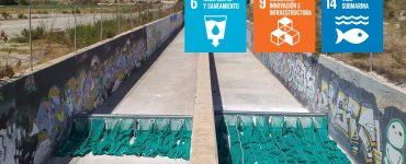 Aguas de Alicante implanta la instalación de redes que filtran pequeños residuos como toallitas en los colectores pluviales y así evitar que vayan al mar.