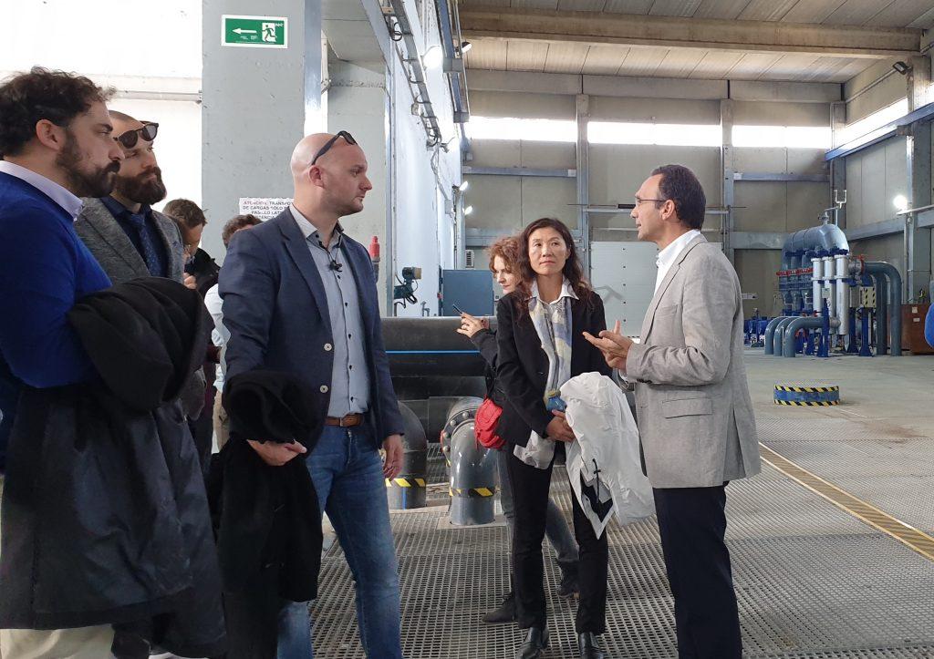 Casals explica al grupo liderado por Banias el funcionamiento de la estación depuradora.