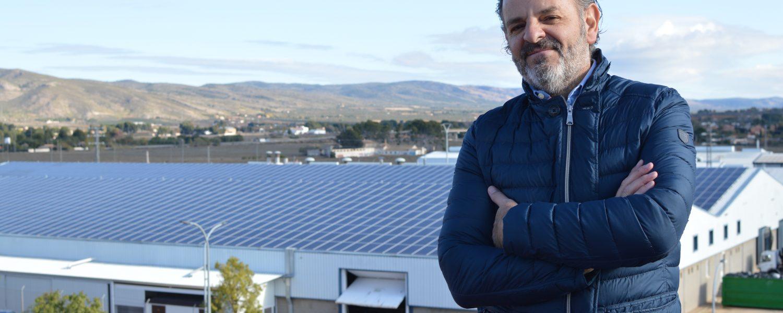 Juan Antonio Ribera, con unas de las naves de TexAthenea en las que instalaron las placas solares para autoconsumo.