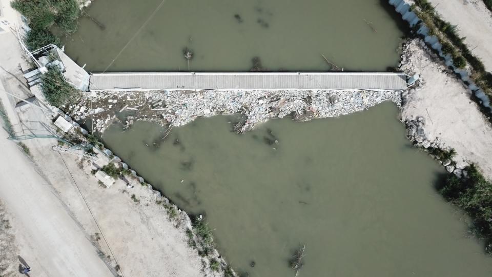 Vista de dron de una de las acequias de la Vega Baja que estudia los tipos de residuos presentes en el agua de regadío. Foto: UMH