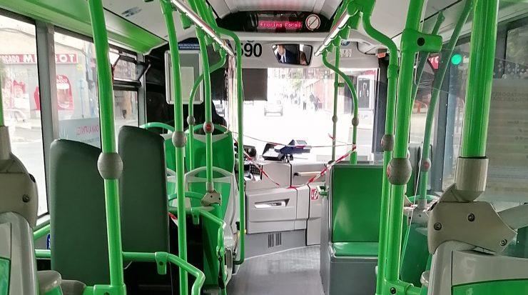 Los autobuses de transporte urbano reducen su capacidad para garantizar la seguridad del conductor y adaptarse al descenso en número de usuarios a causa de la contención del Covid-19.