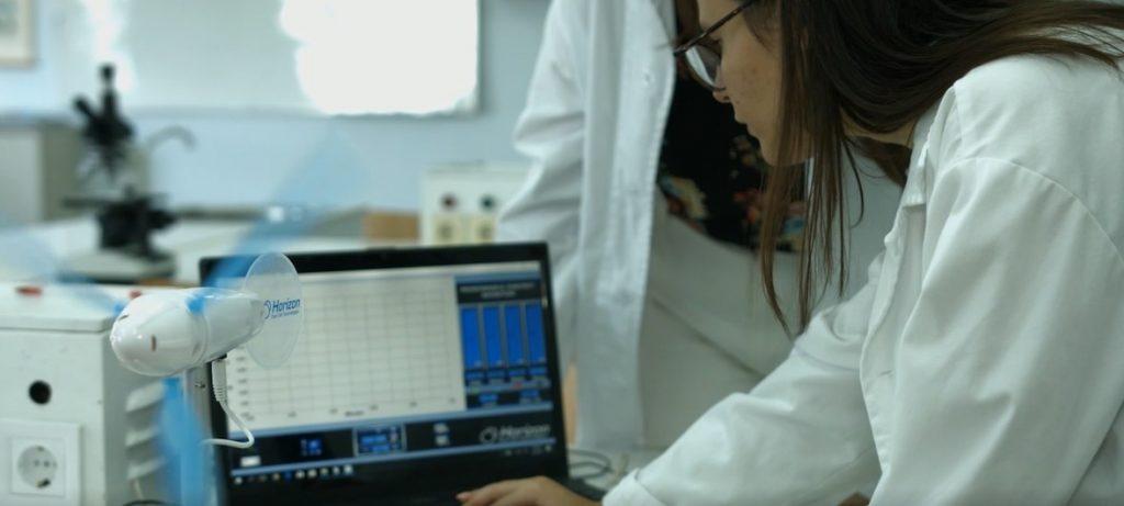 En Gerakas, Grecia, los estudiantes usan simulaciones informáticas sobre transmisión de virus y cambio climático para mejorar luego el edificio de su escuela.