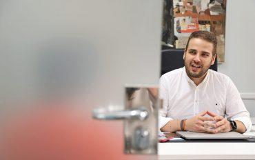 El diputado Adrián Ballester presenta el proyecto alicantino para la segunda fase de las Cien ciudades inteligentes que impulsa la Comisión Europea.
