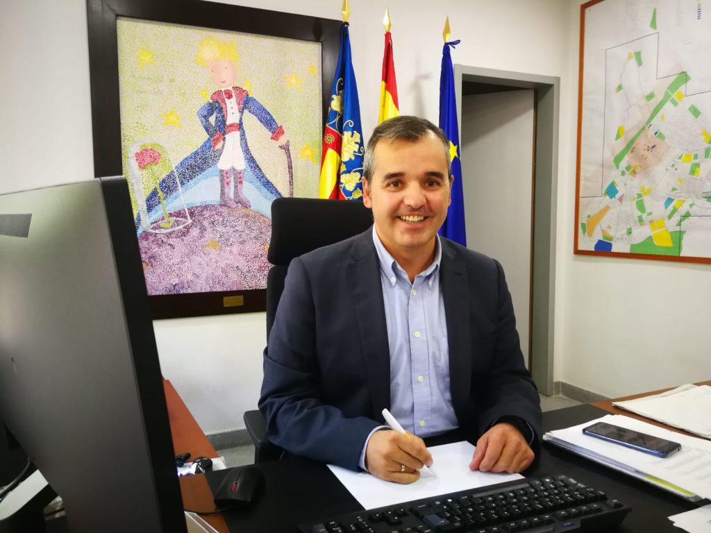 Antonio Puerto, alcalde de Aspe, explica las ventajas del trabajo conjunto en el plan de control de vertidos.