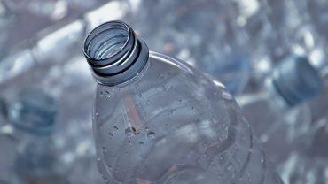 España propone por primera vez en la ley la restricción de plásticos de un solo uso y un impuesto de 0,45 euros por kilogramo de envase.