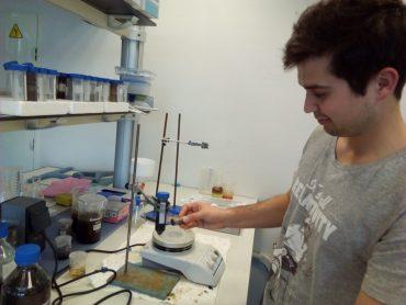 Bioferric Ink ha desarrollado una tecnología basada enpartículas magnéticascapaces deseparar el agua deloscontaminantesque se adhieren a ella.