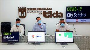 Rubén Alfaro, centro, en la presentación de la implantación en Elda de City Sentinel, la plataforma que alerta de coronavirus mediante el análisis de aguas residuales.
