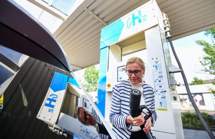 La comisaria europea de Energía, Kadri Simson, en una visita de la semana pasada a Alemania, donde está la mayor planta del mundo de electrólisis PEM de hidrógeno
