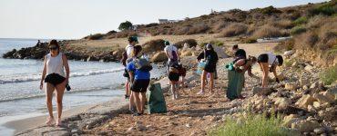Paula Vega creó Ecoplaya Alicante. Un grupo de voluntarios que se encarga de limpiar y retirar de la costa de Alicante todo tipo de residuos.