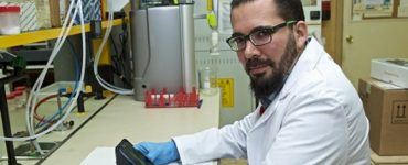 Investigadores de la UA han diseñado un dispositivo que, conectado a teléfonos inteligentes, permite realizar análisis químicos.