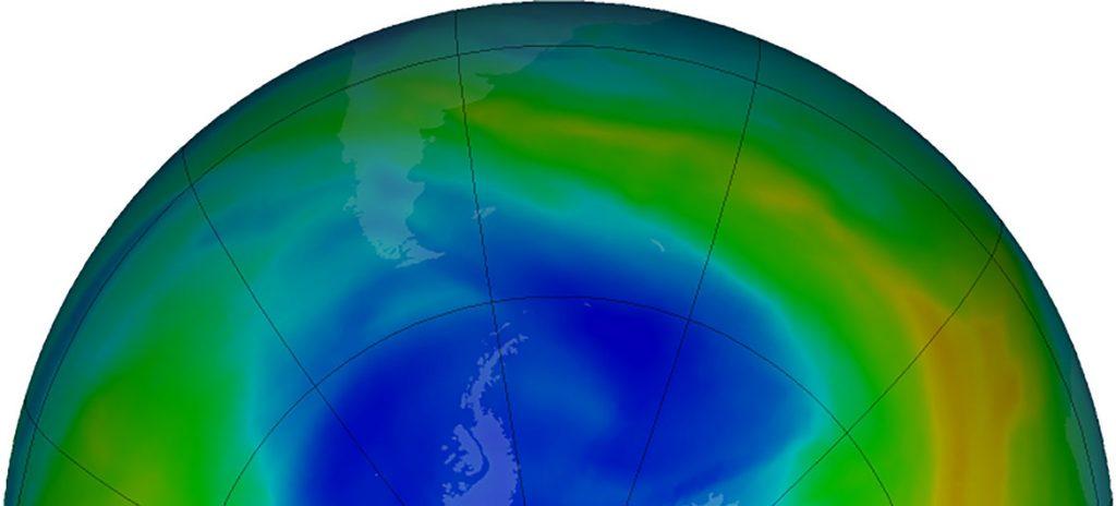Mapa de la NASA sobre los datos de la capa de ozono en septiembre de 2019. Los colores azulados indican las zonas donde más se ha reducido.