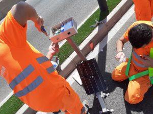 Los operarios trabajando en la instalación de sensores para Equa.
