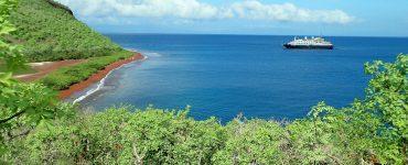 Una campaña de financiación colectiva busca fondos para sostener la economía local de los trabajadores de las islas Galápagos con la recogida de residuos en las playas.