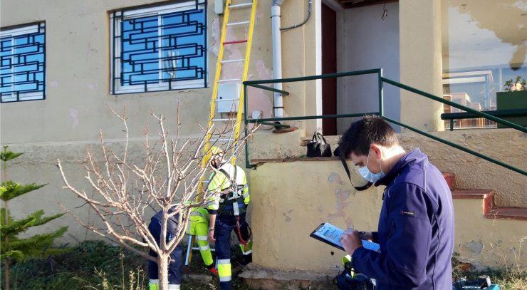 Rodrigo explica los procesos de instalación de dispositivos de telelectura.