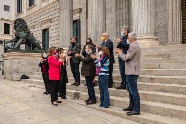 La ministra Teresa Ribera junto a los portavoces de los grupos parlamentarios y representantes de organizaciones medioambientales tras aprobar la ley de cambio climático.