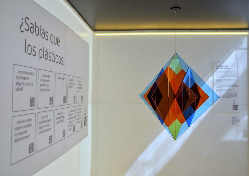El recorrido en The Plastic Museum apuntaba la utilidad que tiene como material y cómo se produce.