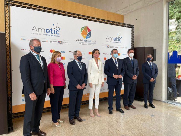 Reyes Maroto, centro, junto a las autoridades en el congreso Digital Tourist.