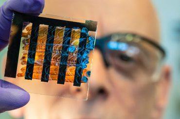 Investigadores australianos encuentran una forma para que aplicar perovskita al instalar placas solares sea más barata que la del silicio.