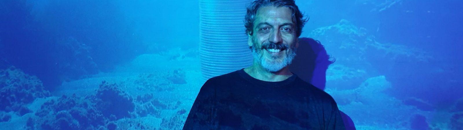 Aurelio Ayela ante una de las obras de la serie Hipogea, arte para la sostenibilidad que exhibe en M2A.