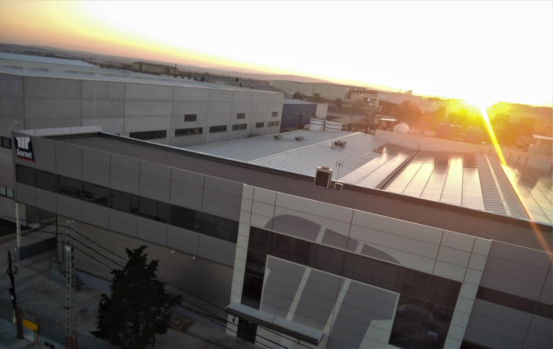 La situación actual del mercado eléctrico ha llevado a muchas empresas a plantearse un cambio: las instalaciones fotovoltaicas.